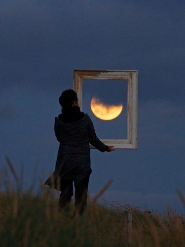 Seule Sur La Lune..
