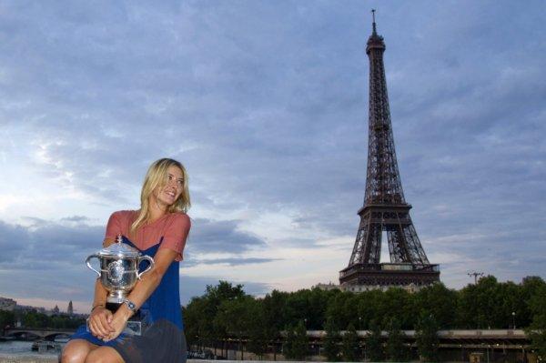 Maria Sharapova avec le trophée Suzanne Lenglen - 9 juin 2012