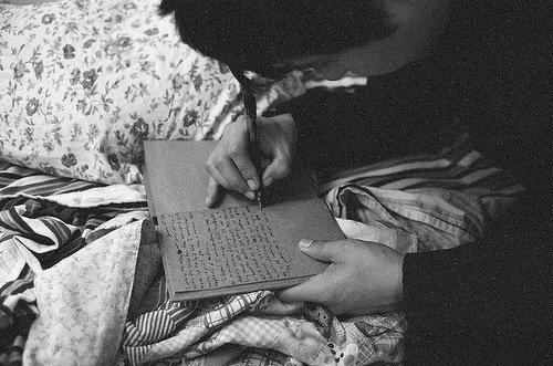Ecrire c'est aussi ne pas parler, c'est se taire. C'est hurler sans bruit.
