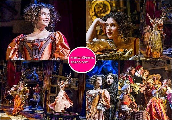 """Février-Avril 2016, Gemma Arterton a joué le rôle de Nell Gwynn dans la comédie musicale de la dramaturge Jessica Swale. La comédie raconte l'histoire de d'Eleanor dit """"Nell Gwynn"""" (1650-1687) qui était une actrice britannique et la maîtresse du roi anglais Charles II."""