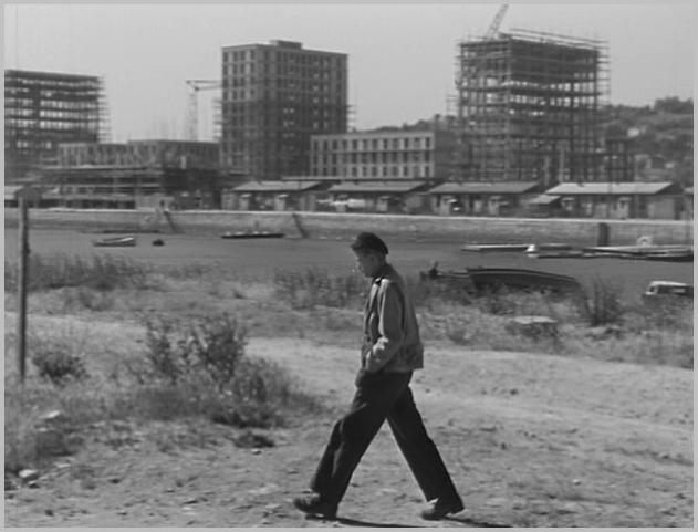 1950  -  Un homme marche dans la ville