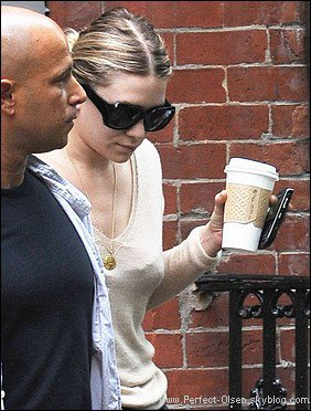 . 5 JANVIER 2011 - Ashley quittant son appartement new yorkais (dans le quartier de West Village). .