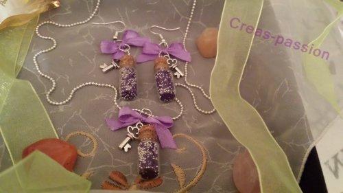 fiole en verre avec microbilles, breloque clef et noeud.
