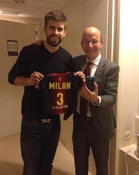 Voici Gerard qui tient le t-shirt de son fils, Milan a donc maintenant  un t-shirt de foot !