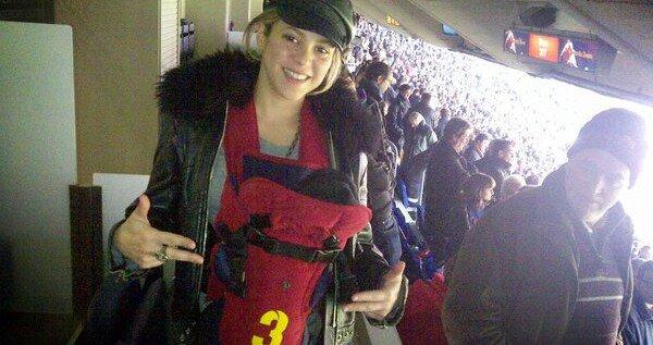 Mimi avec sa maman !!! Il à était voir son premier match de foot !! On ne le voit pas trop juste sa tête :/ . Il à même un porte bébé avec le numéro  3 comme son t-shirt !!!