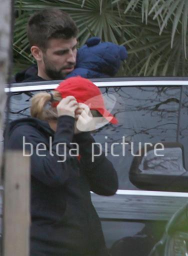 Milan est enfin sortit !!! On ne voit toujours pas sa p'tite bouille :/ Il fesait une balade avec ses parents, Mimi avait un manteau bleu foncé avec des oreilles !!