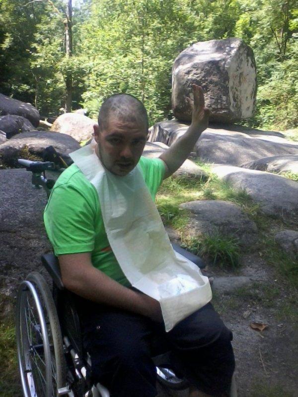 Bonjours j suis pas pd mais handicaper qui bande toujours nuance  hetero en fauteuil