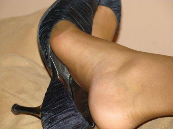 les pied de mon ex femme  en collant chair dans ses a escarpin a talon aiguille