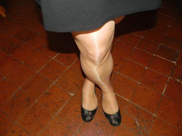 karine  en collant  chair  avec  ses  ballerine  noir