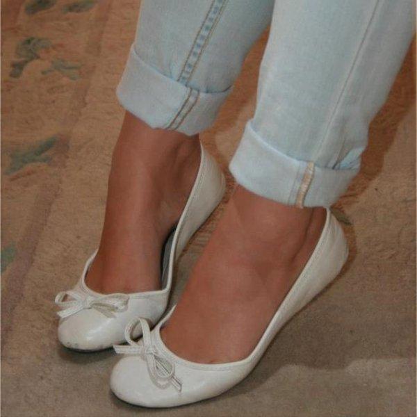karine  en ballerine  blanche  et jeans