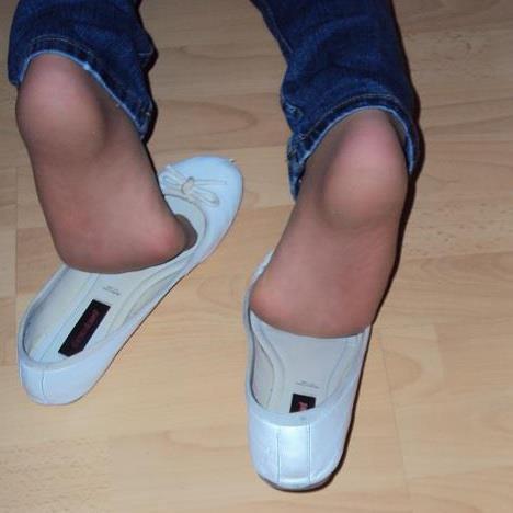 pied   de ma femme avec ses ballerine  blanche collant chair plus  jeans