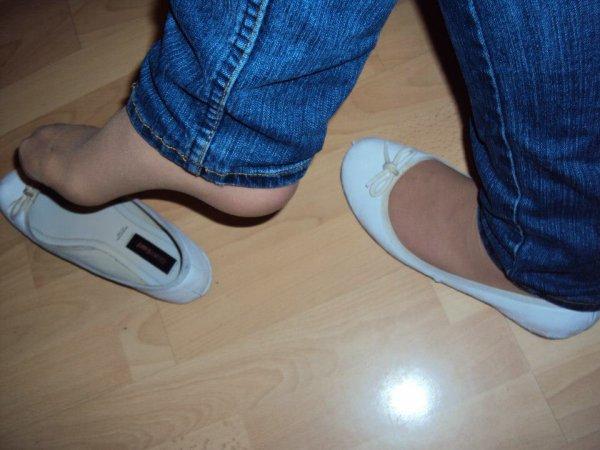 les pied  de  ma  femme  en ballerine  blanche  et  collant chair plus  jeans