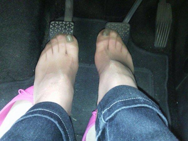 pied  de  ma  copine    en  colllant  chair    odorant  au  volant   de notre  voiture