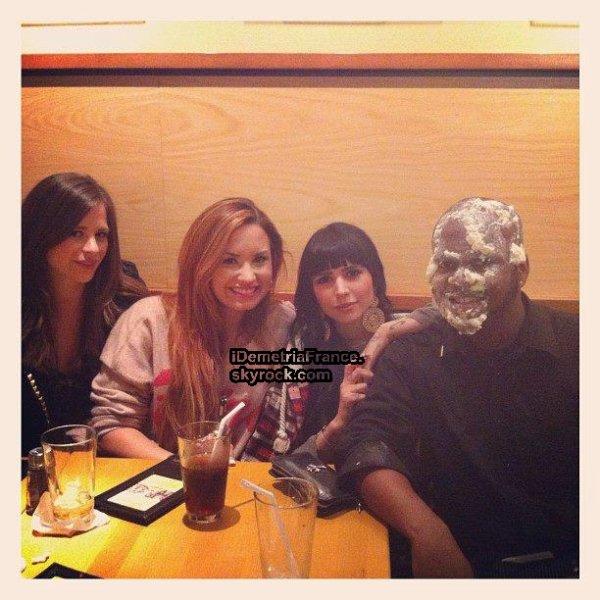 20.03.2012 Demi Lovato à la pizzeria CPK (Los Angeles, Californie) avec ses amis.