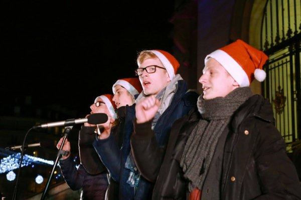 Les Petits Chanteurs d'Asnières & les POPPYS - Inauguration du marché de Noël – à Asnières-sur-Seine. le 11 décembre 2015
