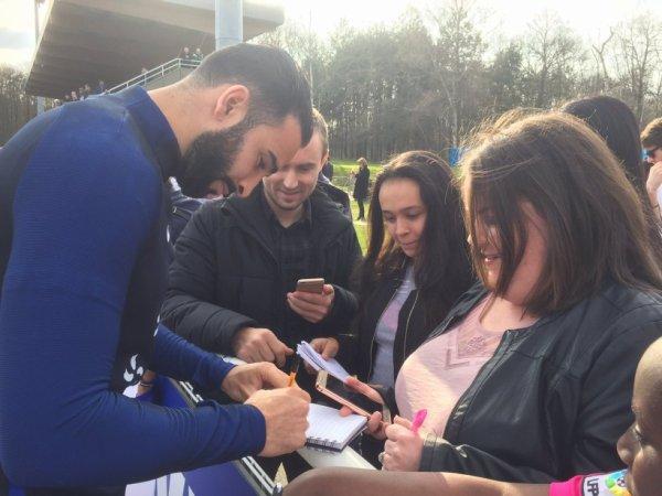 Adil Rami qui signe des autographes lors d'un rassemblement des Bleus