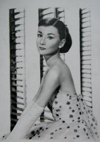 Audrey Hepburn devant le store