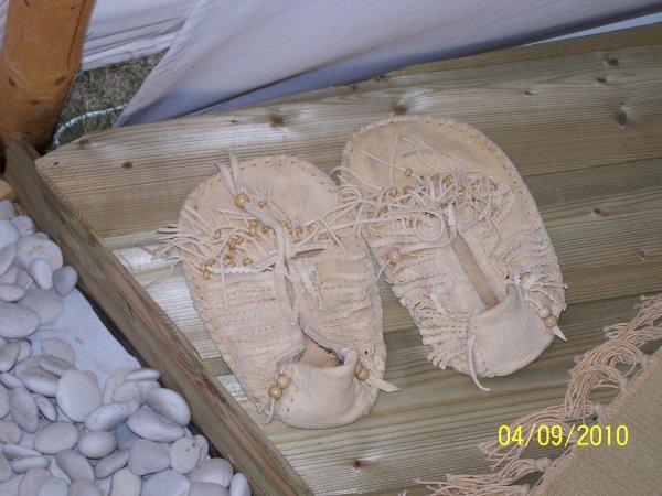 mocassin en peau de cerf et perle en bois