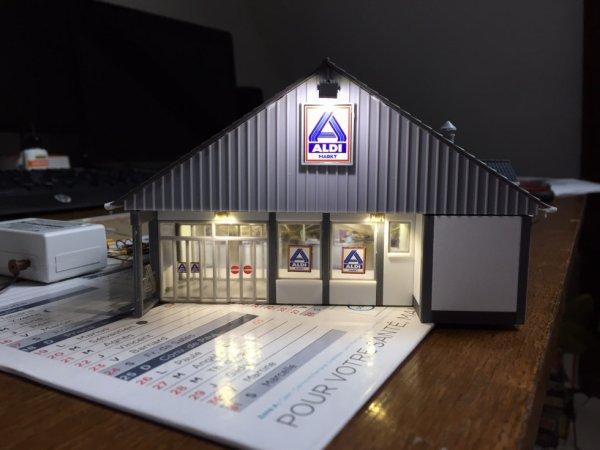 supermarché Aldi totalement éclairé