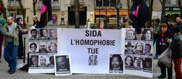 Act up présente son «mur des homophobes» à Paris