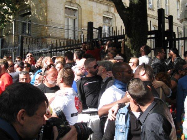 Québec• Lois homophobes: 200 personnes au kiss-in devant le consulat russe