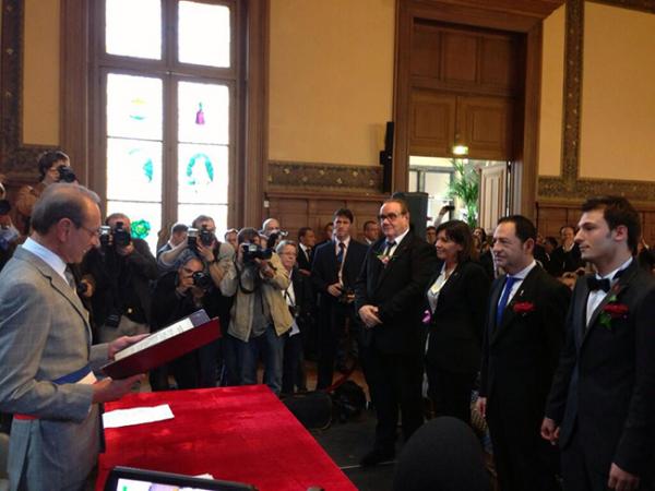 Moment d'émotion avec @JeanLucRomero et @ChrisMichelFr qui se sont dit « OUI » devant le maire de Paris