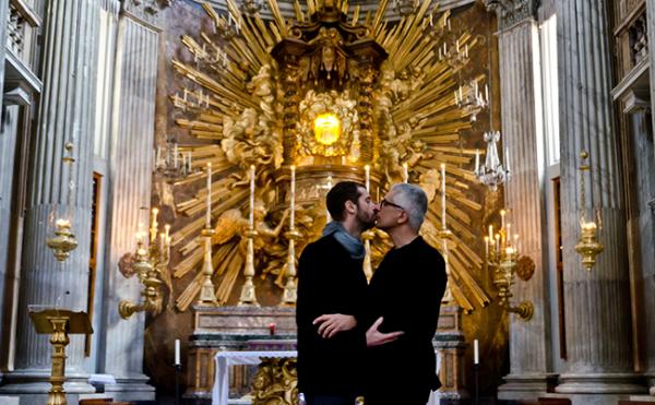 Des photos d'homosexuels qui s'embrassent dans une église censurées par le Vatican