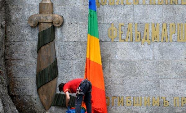 Drapeau arc-en-ciel sur un monument russe