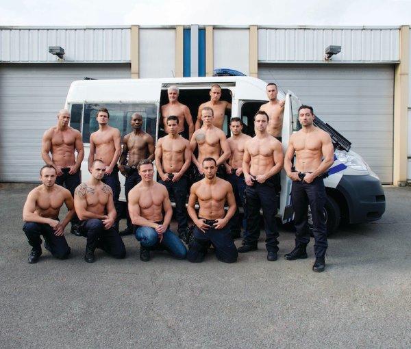 Les calendriers nus du jour: Des footballeurs contre l'homophobie et des policiers pour les victimes de la route
