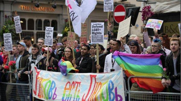 Une manifestation contre la torture des hommes gays en Tchétchénie