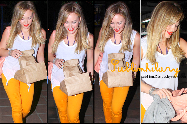 SublimHilary.skyrock.com---------   16 Juin,  - Hilary quittant un restaurant dans Los angeles.(Atroce son pantalon Jaune!)