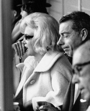 Voilà une succession de photos de Marilyn et son deuxième mari Joe DiMaggio :)