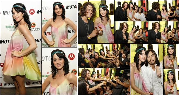 - - 31.07.08 -''▬ La jolie Katy Perry était présente à la soirée de lancement du nouveau «Motorola Motorokr» à Chicago.Notre chanteuse était accompagnée de son meilleur-ami Markus Molinari, et portait une ravissante petite robe fluide colorée que j'adore, c'est un top ! -