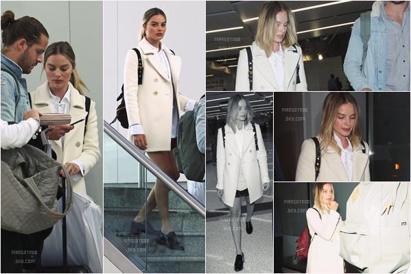 - 26/04/17 : Margot Robbie a été vue à l'aéroport JFK, NY puis à l'arrivée à l'aéroport de LAX, Los Angeles (CA). On ne voit pas bien sa tenue, c'est dommge, mais j'aime bien son manteau blanc, il est assez classe, petit top mais sans plus.. -