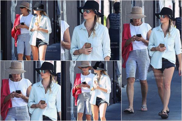 - 02/05/17 : Margot a était aperçue marchant dans les rues de Venice avec sa mère (IT). J'aime pas du tout la tenue, c'est une horreur, peut être à part le short, mais les claquettes la c'est vraiment pas possile. -