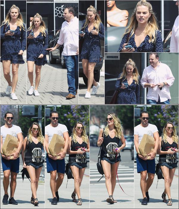 - 07/06/17 : Margot Robbie a été photographiée sortant d'un restaurant de sushi pour affaire, Beverly Hills (LA). La veille, elle était toujours avec son mari dans les rues de Los Angeles, ils promenaient leur chien, deux tops. -