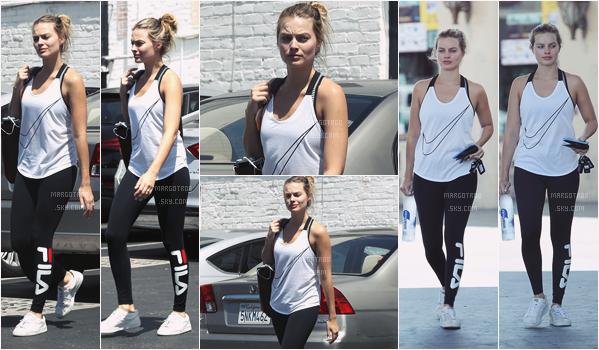- 09/06/17 : Notre Margot sortait de son cours de gym dans les rues de Los Angeles (CA). C'est une tenue de gym assez basique à mon goût, elle est au naturel et tellement belle, son leggins est pas trop mal. -