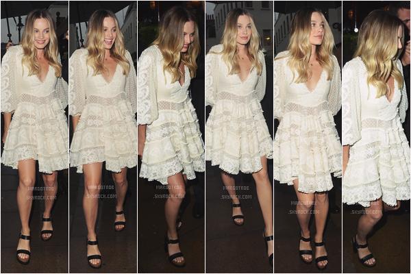 """- 27/06/17 : Margot a était aperçue, rayonnante, arrivant au nightclub """"Lou Lou's"""", Londres (UK). Sa robe blanche est magnifique, j'aime beaucoup, elle lui va à ravir. Ses chaussures noir vont bien avec, et sa mise en beauté est top. -"""