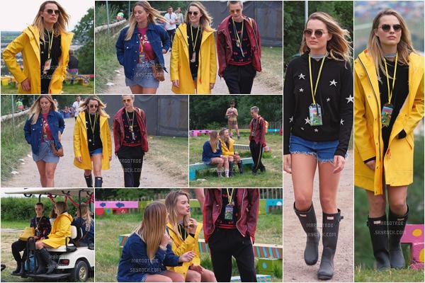 - 23/06/17 : Margot Rob s'est rendue au célèbre festival d'art et de musique Glastonbury, Somerset (UK). Elle y était avec Cara Delevingne et son amie Sophie, j'aime assez sa tenue, elle est mignonne comme ça je trouve. -