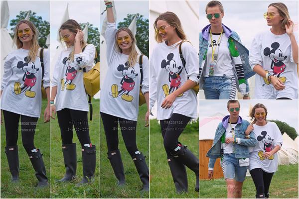 - 24/06/17 : Margot Robbie était au deuxième jour du festival d'art et de musique Glastonbury, Somerset (UK). Elle était encore avec Cara Delevingne et son amie Sophie qu'on ne voit pas sur les photos, encore une fois j'aime sa tenue, top. -