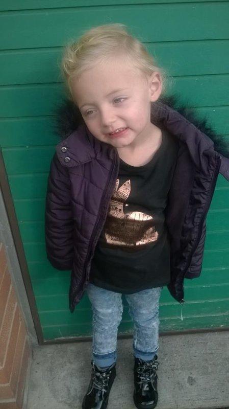 notre petite fille kèsylia sa première rentrer aujourd'hui a la maternelle gros bisous