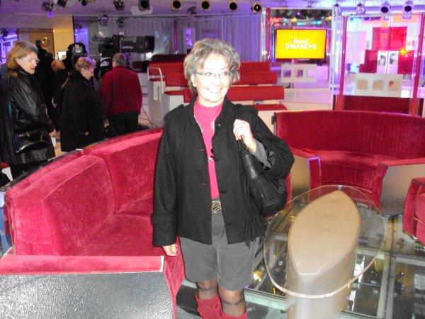 """je vais voir à la TV (antenne 2 )VIVEMENT  DIMANCHE !!!  avec  Michel DRUCKER, ( vous y voyez le fauteuil rouge derrière moi,, mais pas le droit de s'assoir dedans !!!) émisssion à laquelle j'ai assisté mercredi au studio Gabriel .  , avec Philippe BOUVARD en invité vedette, ;AZNAVOUR, Pierre Bellemare, Francis PERRIN, Philippe   LABRO,  Bernard  PIVOT ; Jacques  CHANCEL ; Guy GILBERT le curé  des """"loubards """" ; Amanda LEAR, Denise FABRE,Jean- Pierre COFFE, Eric ANTOINE (magicien de  2 m )  trop fort et si adorable  avec le public   ; renaud CAPUCON (mari de Laurence FERRARI, ) etc... bises à tous. . ..  ."""