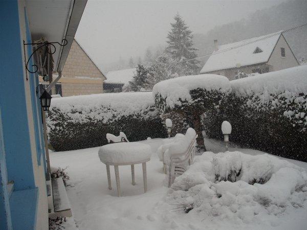 """Demain 1 MARS ...........  le jour où je devrais ressortir, moi qui veut hiberner du  1/11 au 1/3  !!!!!!  hé oui frileuse, et cet hiver nous avons été gâté  ;  bien sùr  c 'est normal, mais après les   1 er jours de neige, l'emerveillement  , les photos sublimes, etc... il a fallu """"""""survivre"""""""" à toutes les péripéties de ces congers ..,verglas  etc...  MAIS     au moins j'ai eu comme  beaucoup    la joie de voir l'immense entraide  (ami(e)s , famille,voisins ) de ces jours pénibles et   décevants au moment des Fêtes, qui pour bcp on été ratés, alors même si l'hiver nous rappele sûrement  à l'ordre on sait que  le Printemps ARRIVE........   bisous à  tous, je vous aime mes ami(e)s fidéles; LOVE."""