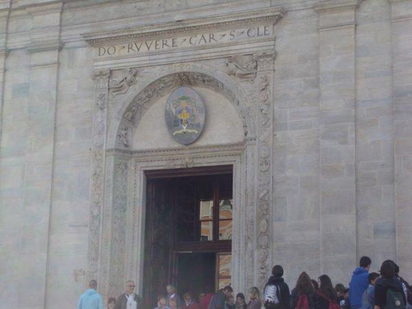 Turin  (Italie) , ville magnifique, avec sa célébre cathédrale où se trouve le Saint-Suaire du Christ (déjà fait 2 fois )   mais toujours émouvant,   et ses chateaux et palais de toutes beautés, ses arcades, places, statues, etc ... une ville très historique, et belle.  (il y a un autre article juste avant  celui-çi sur la montagne)