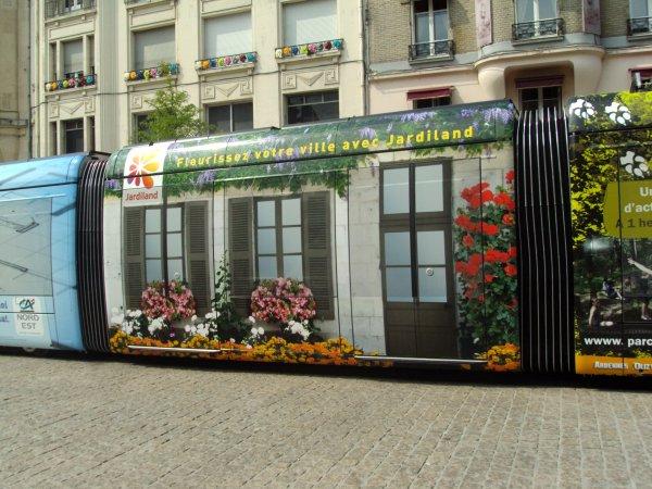 """REIMS,  ville des Rois de France, du champagne et des biscuits roses et de tant de pages de l'histoire de France,  ville qui vient d'inaugurer son Tramway,  superbe ville; voiçi qq photos d'hier,j'ai emprunté ce tramway pour """"essayer""""  il est confortable; silencieux et rapide. Sans oublier """"l'ANGE AU SOURIRE """" connu du monde entier !!!,non pas moi,( LOL)   .... LUI en pierre si magnifique  ... Bisous à toi en ce lundi de PAQUES"""