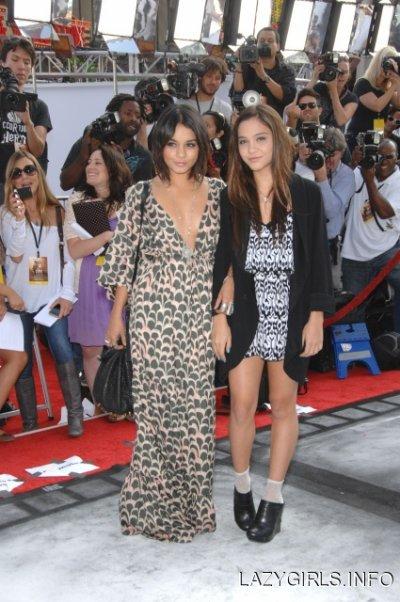 """Vanessa Hudgens et sa soeur Stella étaient le 25 septembre à la première """"d'Iris"""" à Los Angeles"""