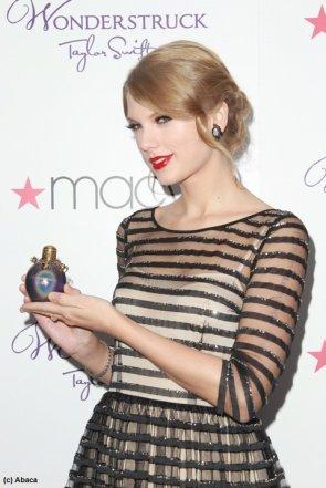 13 octobre 2011: Taylor Swift à présenter son nouveau parfum, Wonderstruck, à New York. C'est son 1er parfum. Ton avis sur sa tenu?