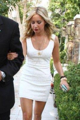"""18/10/11: Ashley Tisdale sortant de chez elle pour se rendre aux """"4h Annual CableFAX Program Awards"""" à Hollywood. Top ou Flop?"""