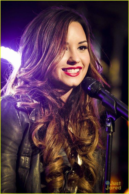 21/10/11: Demi Lovato était, avec un énorme TOP, au Z100 Jingle Ball à New York où elle a pêrformer. Ton avis sur sa tenu?