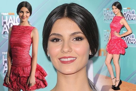 26/10/11: Victoria Justice au Teen Nick Halo Awards à Hollywood. Bizar les chaussure...